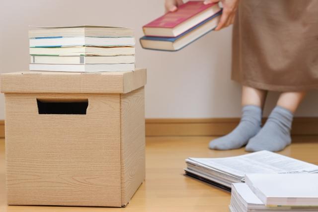 本を積み重ねる
